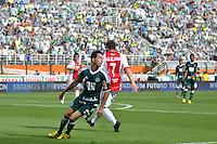 SÃO PAULO, SP, 14 DE JANEIRO DE 2012 - AMISTOSO INTERNACIONAL - PALMEIRAS X AJAX (HOL) - Cicinho durante partida amistosa entre Palmeiras x Ajax (Hol) realizada no Estádio do Pacaembú. FOTO: LEVI BIANCO - NEWS FREE