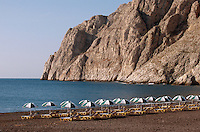 Strand von Kamari aauf der Insel Santorin (Santorini), Griechenland, Europa