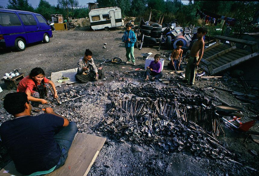 ITALIA Torino  Campo nomadi Rom  (Campo dell'Arrivore, 2001) lavorazione di materiali ferrosi