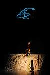 SEEDS (retour &agrave; la terre)<br /> <br /> Chor&eacute;graphie Carolyn Carlson<br /> Assistante &agrave; la chor&eacute;graphie Sara Orselli<br /> Cr&eacute;ation vid&eacute;o, animation Yacine A&iuml;t Kaci (YAK)<br /> Musique originale Aleksi Aubry-Carlson<br /> Cr&eacute;ation lumi&egrave;res Guillaume Bonneau<br /> Cr&eacute;ation costumes Olivier Mulin<br /> R&eacute;alisation costumes Fatima Azakkour<br /> Ismaera porte un ensemble Arnaud Laz&eacute;rat<br /> Accessoires et d&eacute;cors Gilles Nicolas<br />  <br /> Interpr&eacute;tation Chinatsu Kosakatani, IsmaeraTakeo Ishii, Alexis Ochin et Elyx (anim&eacute; par YAK)<br /> Compagnie Carolyn Carlson<br /> Lieu : Th&eacute;&acirc;tre de Chaillot<br /> Ville : Paris<br /> Date : 12/01/2016<br /> &copy; Laurent Paillier / photosdedanse.com