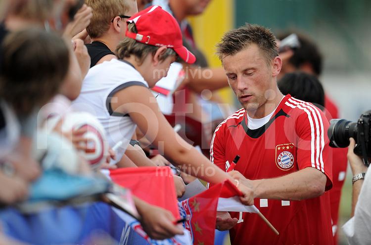 Fussball 1. Bundesliga:  Saison   2010/2011    Training beim FC Bayern Muenchen 20.07.2010 Vorbereitung im Trainingslager am Gardersee , Trentino, Riva del Garda Ivica Olic schreibt den Fans Autogramme (FCB)