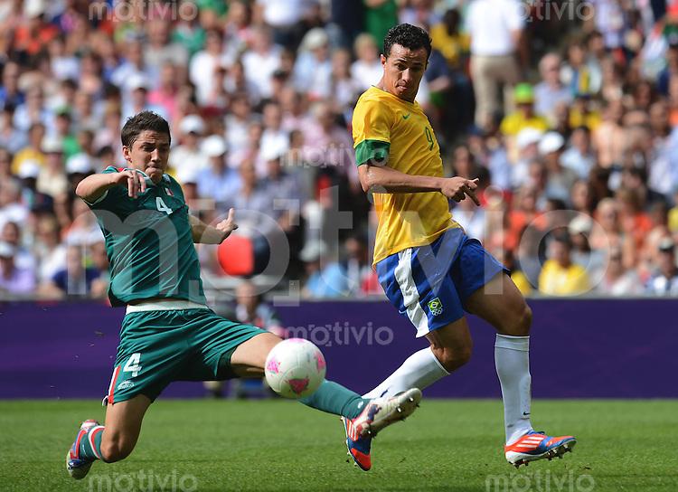 Olympia 2012 London  Fussball  Maenner  Finale   11.08.2012 Brasilien - Mexiko Hiram MIER (li, Mexiko) gegen LEANDRO DAMIAO (Brasilien)