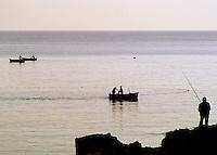 Europe/Italie/La Pouille/Env de Monopoli: Pécheurs sur la côte