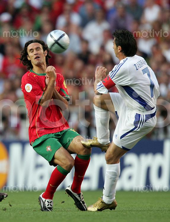 Fussball INTERNATIONAL EURO 2004 Portugal - Griechenland im Stadion da Luz in Lissabon Ricardo Carvalho (POR,li) im Zweikampf mit Theodoros Zagorakis (GRE).