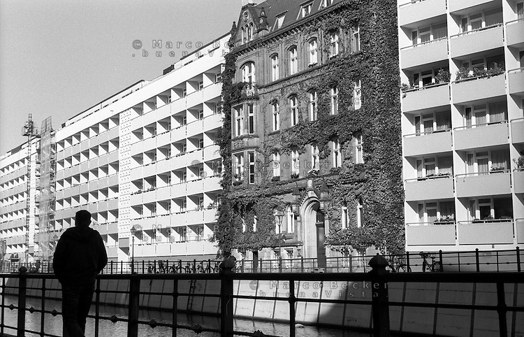 Berlino, quartiere Mitte, via Friedrichsgracht. La ex casa parrocchiale della chiesa di Petri lungo il canale della Spree. Circondata da moderni palazzi, è monumento storico protetto --- Berlin, Mitte district, Friedrichsgracht street. The former rectory of Petrikirche on Spreeinsel surrounded by modern apartment buildings. It is landmarked