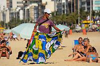 RIO DE JANEIRO, RJ, 28.01.2013 - CLIMA TEMPO / PRAIA / IPANEMA / RJ- Movimentação de banhistas na praia de ipan) com muito sol, calor e incidência de raios ultra violeta, em ipanema, na zona sul  da cidade do Rio de Janeiro, na  desta . (Foto: Marcelo Fonseca / Brazil Photo Press).