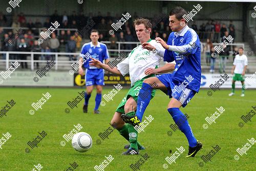 2011-10-09 / voetbal / seizoen 2011-2012 / Dessel Sport - Olympia Wijgmaal / Maarten Van Lieshout (l) (Dessel) in een duel om de bal met Simon Vermeiren (r) (Wijgmaal)