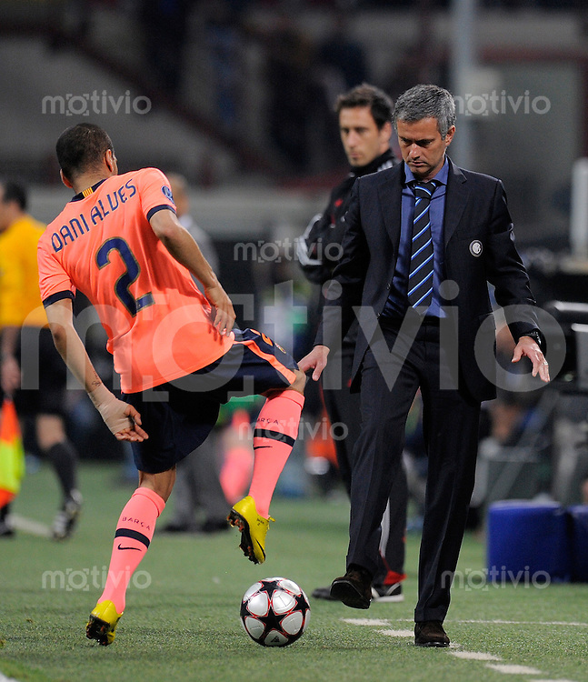 FUSSBALL  International  Champions League  SAISON 2009/2010    Inter Mailand  - FC Barcelona      20.04.2010 Trainer Jose Mario Santos Mourinho (Inter) mit Daniel Alves  (Barca)