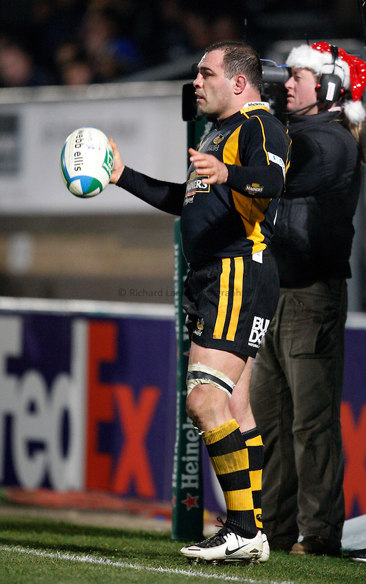 Photo: Richard Lane/Richard Lane Photography..London Wasps v Clermont Auvergne. Heineken Cup. 15/12/2007. .Wasps' Raphael Ibanez throws in.