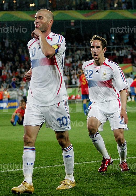 Fussball WM 2006  Achtelfinale   Spanien - Frankreich ; Spain - France  Zinedine ZIDANE (FRA) jubelt zusammen mit Frank RIBERY (FRA) ueber das 3:1