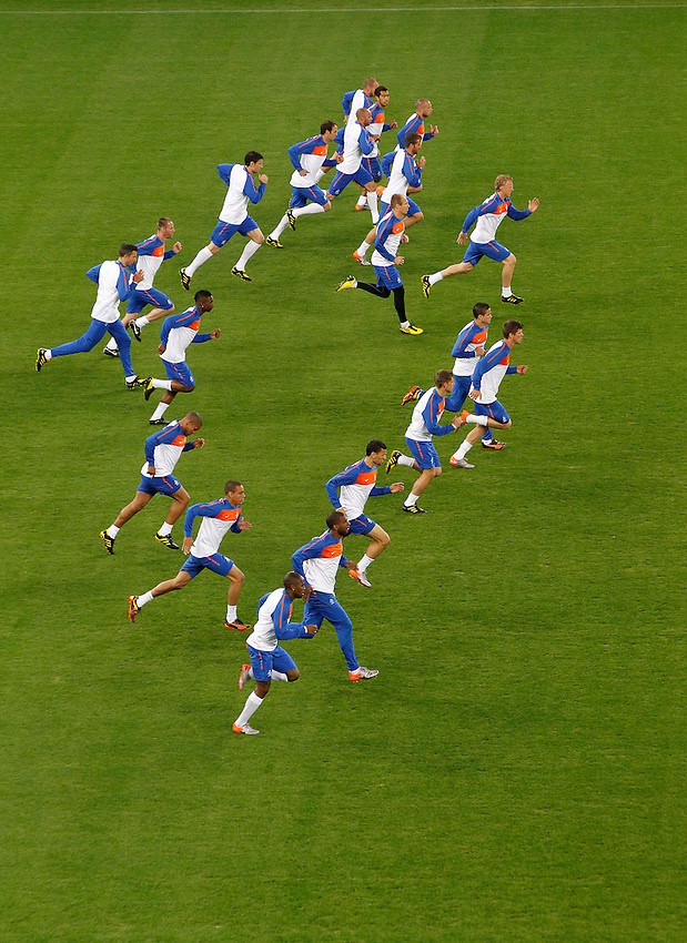 Players of Netherlands' national soccer team warm up during a soccer training session at the Green Point stadium in Cape Town June 23, 2010.REUTERS/Mike Hutchings (SOUTH AFRICA) ...
