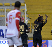 BOGOTÁ -COLOMBIA-01-02-2014. Jeferson Viveros (Der) de Fortaleza FC celebra un gol en contra de Independiente Santa Fe durante partido por la fecha de la Liga Postobón I 2014 jugado en el estadio Metropolitano de Techo en Bogotá./ Jeferson Viveros (R) of Fortaleza FC celebrates a goal against Independiente Santa Fe during the match for the 2nd date of Postobon League I 2014 played at Metropolitano de Techo stadium in Bogota. Photo: VizzorImage / Gabriel Aponte / Staff