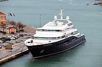 Yacht von Gloria Horton an der Einfahrt zum großen Kanal in Venedig - 26.11.2017: Hafeneinfahrt Venedig mit der Costa Deliziosa
