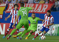 MADRID - ESPAÑA - 01-10-2014: Arda Turan (Der.) y Tiago (Izq.) jugadores de Atletico de Madrid de España, disputan el balon con  Fernando Llorente (2Izq.) y Arturo Vidal (2Der.) jugadores de Juventus de Italia durante partido del la UEFA Liga de Campeones, Atletico de Madrid  y Juventus en el estadio Vicente Calderon de la ciudad de Madrid, España. / Arda Turan (R) and Tiago (L) players of Atletico de Madrid of Spain vie for the ball with Fernando Llorente (2L) and Arturo Vidal (2R) players of Juventus of Italy, during a match between Atletico de Madrid and Juventus for the UEFA Champions League in the Vicente Calderon stadium in Madrid, Spain  Photo: Asnerp / Patricio Realpe / VizzorImage.