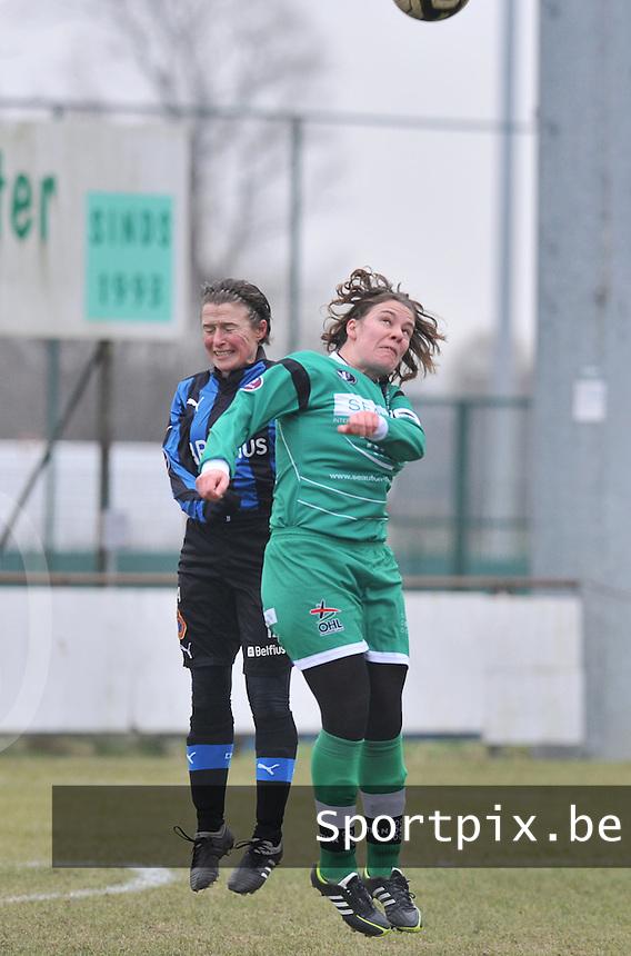 Club Brugge Dames - OHL Oud Heverlee Leuven : kopduel tussen Christine Saelens en Anneleen Segers (rechts).foto DAVID CATRY / Vrouwenteam.be