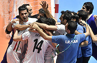 CALI -COLOMBIA-01-10-2016: Jugadores de Iran celebran  después de ganar el tercer puesto en el partido entre Irán y Portugal por el 3er y 4to puesto de la Copa Mundial de Futsal de la FIFA Colombia 2016 jugado en el Coliseo del Pueblo en Cali, Colombia. / Players of Iran celebrates the third place after the match between Iran and Portugal for the third and fourth place of the FIFA Futsal World Cup Colombia 2016 played at Metropolitan Coliseo del Pueblo in Cali, Colombia. Photo: VizzorImage/ Gabriel Aponte / Staff