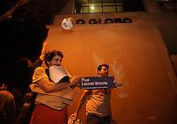 RIO DE JANEIRO, RJ, 19/07/2013 -  PROTESTO RIO DE JANEIRO Manifestantes atiram bolas de papel na fachada da redacao do jornal O Globo na Rua Irineu Marinho area central da cidade do Rio de Janeiro a rua foi modificada de nome simbolicamente pelo protestantes para o nome Leonel Brizola Foto: Fabio Teixeira / Brazil Photo press