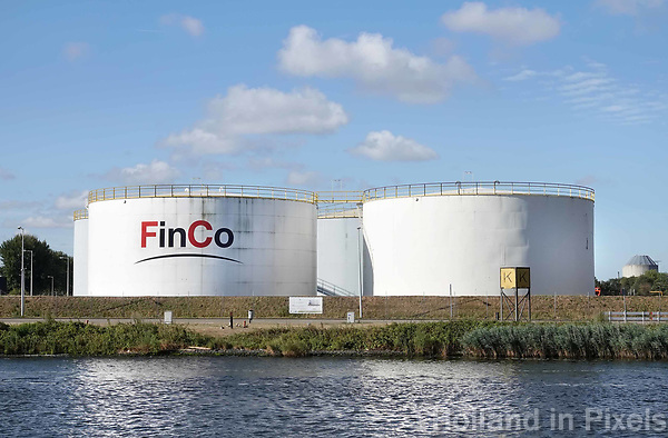 Nederland Amsterdam 2018. Opslagtanks van FinCo langs het Noordzeekanaal . FinCo is actief in de opslag, handel en distributie van olie en oliegerelateerde producten in Noordwest-Europa. Foto Berlinda van Dam / Hollandse Hoogte
