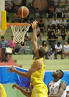 BUCARAMANGA -COLOMBIA, 13-05-2013. Hernández Villamil (C) de Búcaros realiza una clavada en contra de Águilas durante partido de la fecha 15 fase II de la  Liga DirecTV de baloncesto Profesional de Colombia realizado en el Coliseo Vicente Díaz Romero de Bucaramanga./ Hernandez Villamil (C) of Bucaros makes the dunk against Aguilas during match of the 15th date phase II of  DirecTV professional basketball League in Colombia at Vicente Diaz Romero coliseum in Bucaramanga. Photo:VizzorImage / Jaime Moreno / STR