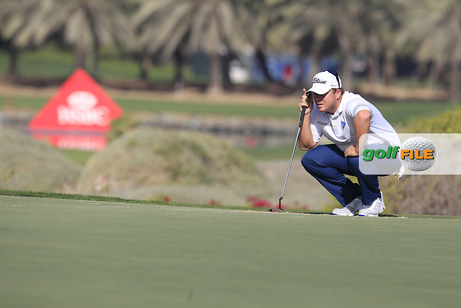 George Coetzee (RSA) lines up his putt on the 1st green during Friday's Round 2 of the Abu Dhabi HSBC Golf Championship 2015 held at the Abu Dhabi Golf Course, United Arab Emirates. 16th January 2015.<br /> Picture: Eoin Clarke www.golffile.ie