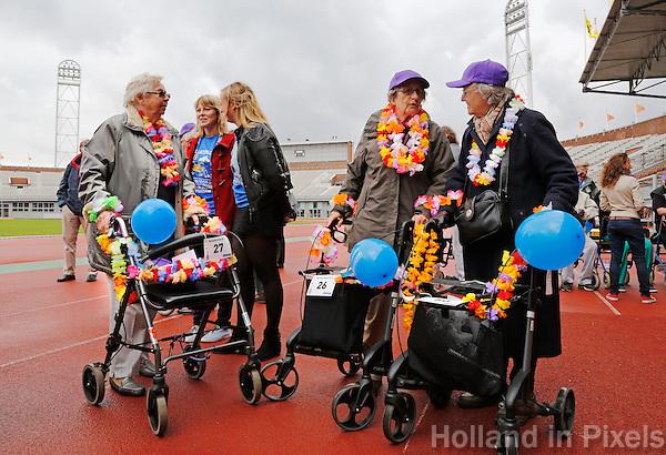Rollatorloop  in Amsterdam. Deelnemers aan de rollatorloop praten met elkaar voor aanvang van het evenement