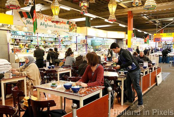 Nederland  Beverwijk  2017. De Bazaar in Beverwijk. De Bazaar in Beverwijk is al 37 jaar de plek waar uiteenlopende culturen samenkomen en is de grootste overdekte markt in Europa. De Bazaar bestaat uit verschillende marktdelen. Horeca in de Oosterse Markt.     Foto mag niet in negatieve context gebruikt worden.     Foto Berlinda van Dam / Hollandse Hoogte