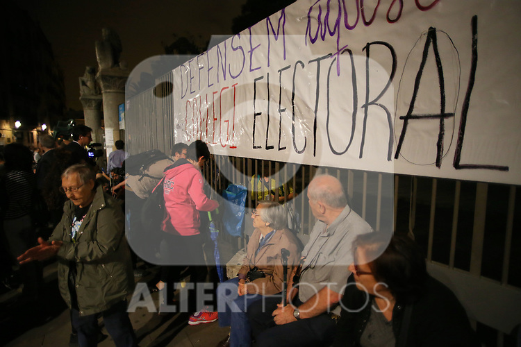 Catalan activists in defense of the Electoral Colleges. October  1, 2017. (ALTERPHOTOS/Juan Carlos Rojas)