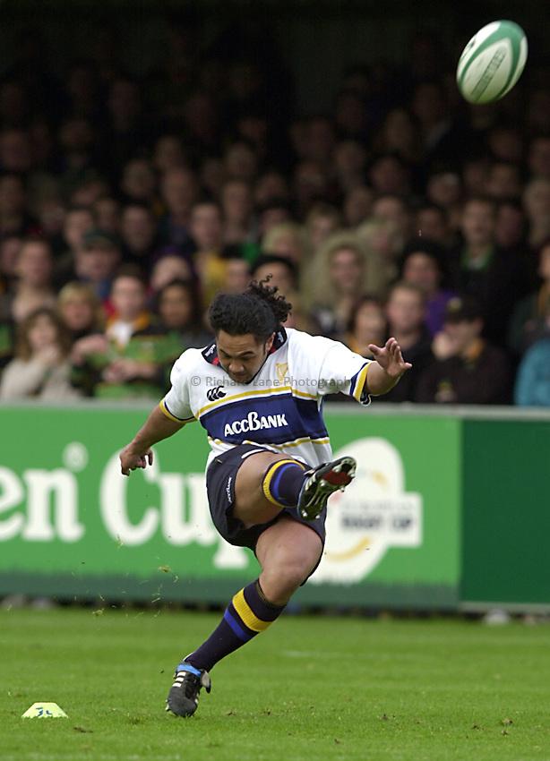 Photo. Richard Lane. .Northampton v Leinster. Heineken Cup. 21/10/2000..Eddie Hekenui puts over a penalty.