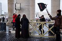 Oltre 5000 giornalisti, provenienti da tutto il mondo, si sono accreditati in Vaticano per seguire l'elezione del nuovo Papa trasformando Piazza San Pietro in un enorme studio televisivo..Il fotografo della Magnum Chris Morris al lavoro sotto il collonato in Piazza San Pietro
