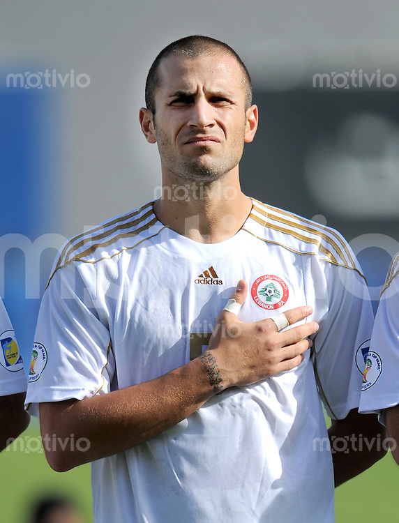 Fussball International    WM Qualifikation 2014   29.02.2012 Vereinigte Arabische Emirate - Libanon     Ramez Dayoub (Libanon) bei der Nationalhymne