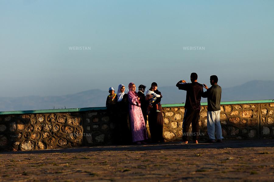 Algerie. Oran. 10 Avril 2011. Seance photo pour des promeneurs sur le plateau Sidi Abdelkader Al Jilani, non loin e son mausolee.<br /> <br /> <br /> Algeria, Oran. April 10th 2011<br /> Photo shoot for people walking on the Sidi Abdelkader Al Jilani, not far from his mausoleum.
