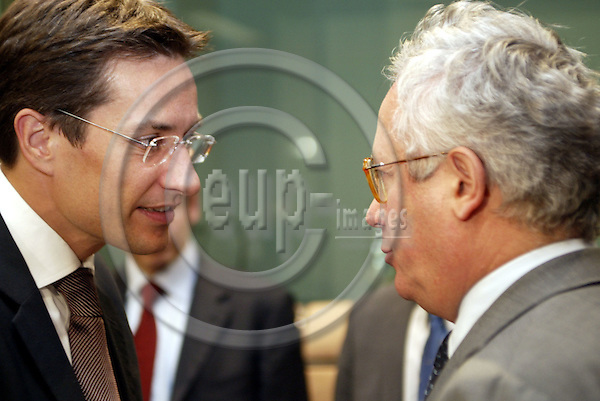 Belgium---Brussels---Council---EURO GROUP-Tour de Table/Round Table                03.11.2003.Karl-Heinz GRASSER, Finance Minister,  Austria;  Giulio TREMONTI,  Finance Minister, Italy..PHOTO: EUP-IMAGES / ANNA-MARIA ROMANELLI