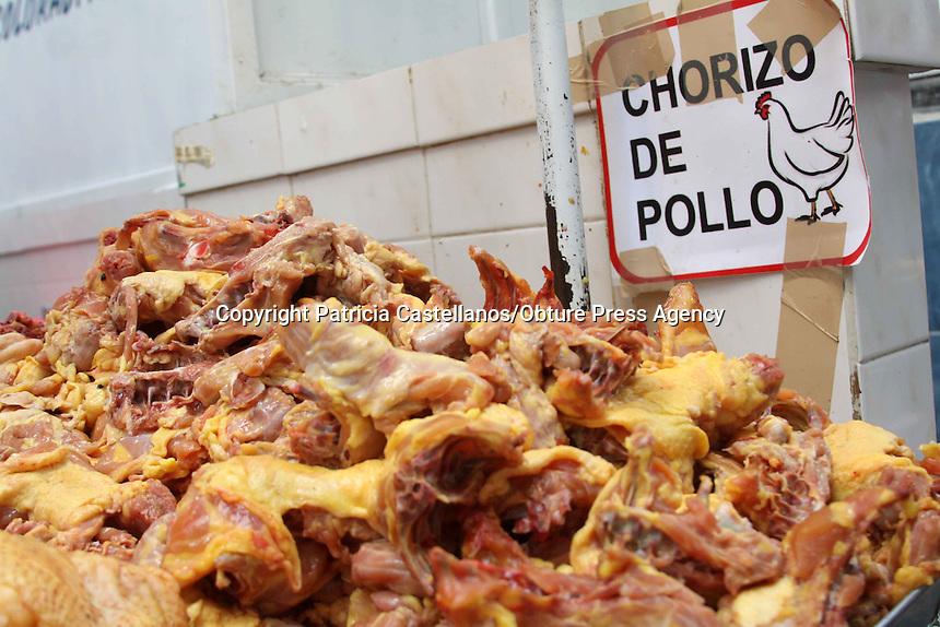 Oaxaca, Oax. 31 diciembre 2014.- Ante el aumento del consumo de platillos de temporada elaborados con productos av&iacute;colas, el precio del pollo ha elevado su precio, siendo que de 40 a 45 pesos que costaba el kilogramo, se cotiza en los mercados m&aacute;s concurridos de la capital oaxaque&ntilde;a entre los 50 y 60 pesos.<br />  <br /> A decir de los expendedores de la carne blanca, el precio del pollo  seguir&aacute; aumentando en estos d&iacute;as, lo anterior debido a que los costos de la producci&oacute;n e insumos subieron, esto tambi&eacute;n relativo a la temporada, ya que miles de hogares este 31 de diciembre consumir&aacute;n pollo preparado en diversas formas, por lo que el precio de esta ave ha incrementado.<br />  <br /> En tanto, los comerciantes indicaron que el pollo crudo m&aacute;s vendido en estos d&iacute;as es el entero, el cual se cotiza en estos momentos en 100 y 120 pesos dependiendo su peso, pero puede incrementar su costo a partir de ma&ntilde;ana.<br />  <br /> Por otra parte, las aves vivas aunque no son muy demandadas en estos d&iacute;as, hay un peque&ntilde;o sector que las adquiere, y por lo regular son personas provenientes de las comunidades seg&uacute;n aseguraron los comerciantes, ya que son estas, las que adquieren los pollos para su producci&oacute;n, cuidado y consumo en estos d&iacute;as, en tanto, informaron que el costo var&iacute;a mucho y se desprende dependiendo la especie, la edad y el peso, pero se&ntilde;alaron que un pollo joven promedio oscila entre los 150 y 200 pesos.<br />  <br /> En tanto, vivo o muerto, los expendedores aseveraron que las condiciones de la carne de este animal est&aacute;n aseguradas,  ya que la Secretar&iacute;a de Salud ha certificado la calidad de los pollos para que estos sean vendidos en &oacute;ptimas condiciones.<br />  <br /> Cabe destacar que la cotizaci&oacute;n de pollo ya preparado como el rostizado, asado y en trozos se ha elevado por lo anteriormente referido, por lo que los p