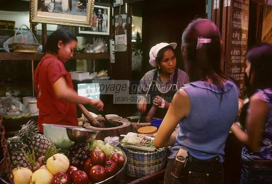 Asie/Thaïlande/Chiang Mai : Dans le Night Bazaar - Etal d'une boutique de jus de fruits
