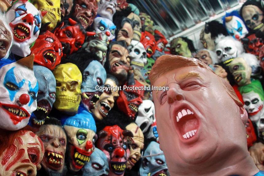 """Oaxaca de Juárez, Oax. 25/10/2016.- Ante la proximidad de las festividades alusivas al """"Día de Muertos"""" y la adoptada celebración de """"Halloween"""" o """"Fiesta de Brujas"""" (de origen anglosajón), negocios dedicados a la venta de disfraces y máscaras, exhiben estos productos a precios variados (entre 100 y hasta 2 mil pesos dependiendo la marca, elaboración y figura), así como de distintos personajes, siendo los más demandados; Donald Trump, el Chapo Guzmán, Peña Nieto, entre otros políticos, así como payasos asesinos, brujas, y decenas de protagonistas de películas de terror y acción."""