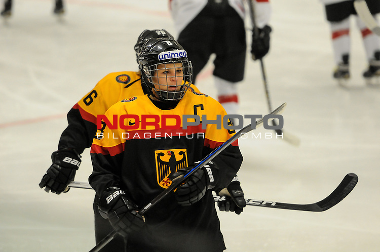 28.03.2015, Rosengards Ishall, Malm&ouml; , SWE, IIHF Eishockey Frauen WM 2015, Deutschland  (GER) vs Schweiz (SUI), im Bild Julia ZORN (#8, ESC Planegg)<br /> <br /> <br /> <br /> Foto &copy; nordphoto / Hafner