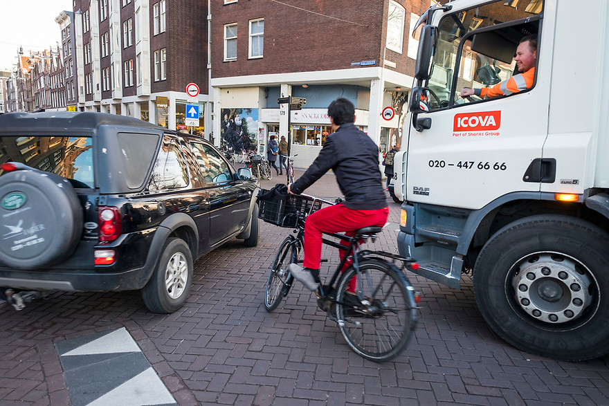 Nederland, Amsterdam, 20150313<br /> verkeer, kruispunt, fietser, fietsers, binnenstad, centrum, <br /> Foto: (c) Michiel Wijnbergh