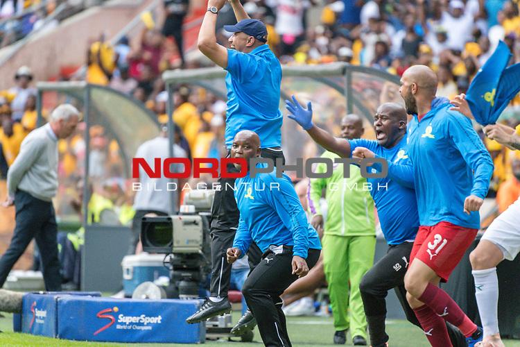 05.01.2019, FNB Stadion/Soccer City, Nasrec, Johannesburg, RSA, Premier League, Kaizer Chiefs vs Mamelodi Sundowns<br /> <br /> im Bild / picture shows <br /> <br /> Pitso Mosimane Trainer <br /> Torjubel / Jubel nach dem 1:2 Siegtreffer<br /> <br /> Einzelaktion, Ganzk&ouml;rper / Ganzkoerper<br /> Gestik, Mimik,<br /> <br /> <br /> Foto &copy; nordphoto / Kokenge