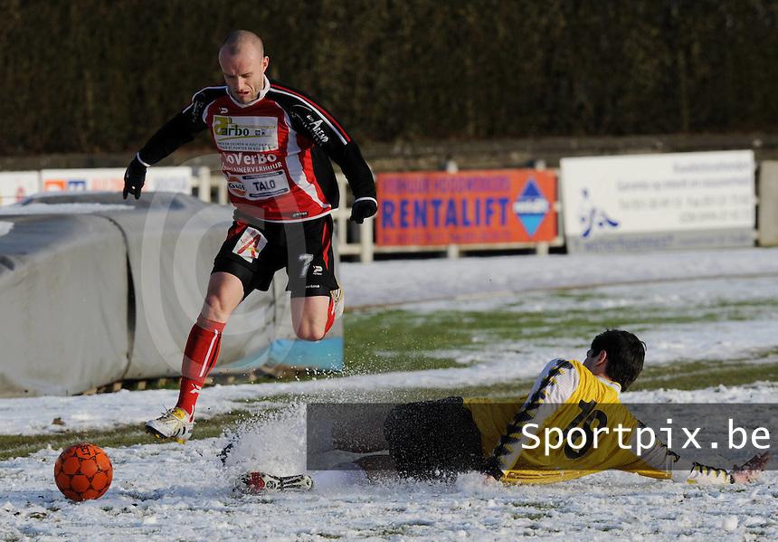 KFC Izegem - Winkel Sport..Chris Duquesne (rechts) kan Lieven Cnudde (links) niet afstoppen...foto VDB / BART VANDENBROUCKE
