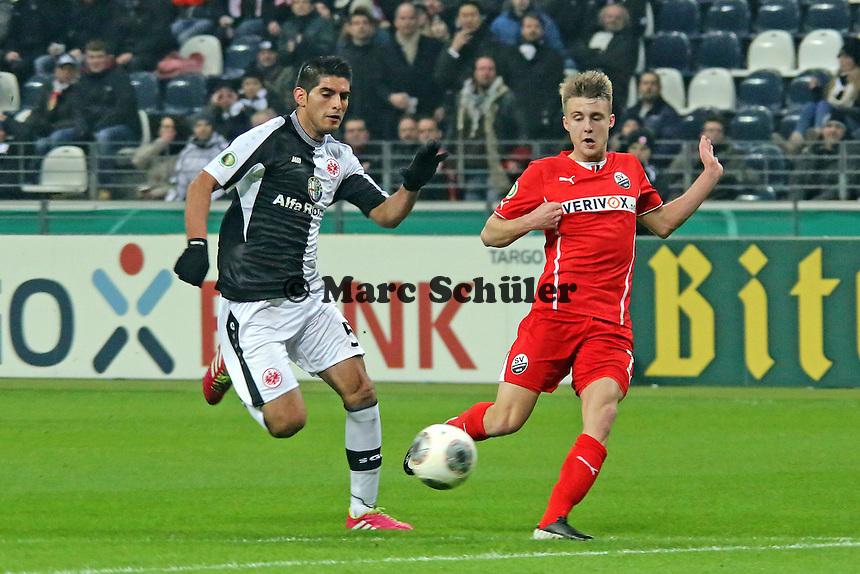 Carlos Zambrano (Eintracht) gegen Marco Thiede (SVS) - Eintracht Frankfurt vs. SV Sandhausen, DFB-Pokal, Commerzbank Arena