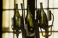 Europe/France/Champagne-Ardenne/51/Marne/Hautvillers: Musée Dom Perignon / Moet à l' église Abbatiale  , ou le  moine Dom Perignon decouvrit  l'élaboration du champagne - Bouteilles de champagne dans la verrerie