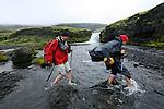 Les passages a gue sont nombreux et eprouvants. L eau coule entre 5 et 10 degres C. C est tres froid surtout sans chaussure!.