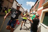 Bergarbeiterstreik in Spanien.<br />Am 5. Juli 2012 erreichten 200 Bergarbeiter mit dem &bdquo;Marcha Negra&ldquo; (der Schwarze Marsch) nach 14 Tagen und 381,7 Kilometer Marsch die Ortschaft Sanchidrian in der Provinz Avila. Am 11. Juli 2012 wollen die Mineros in Madrid eintreffen und vor das Wirtschaftsministerium gehen.<br />Mit dem Marcha Nagra und dem seit Mai andauernden Streik der Mineros soll die Regierung gezwungen werden, die Kuerzung von 64% der Bergbaufoerderung zurueck zu nehmen. Die Kuerzung bedeutet das Aus fuer den spanischen Bergbau und tausende Bergarbeiter sind von Arbeitslosigkeit bedroht.<br />Im Bild: Anwohner von Sanchidrian und Angehoerige der Mineros applaudieren den Mineros.<br />5.7.2012, Sanchidrian/Spanien<br />Copyright: Christian-Ditsch.de<br />[Inhaltsveraendernde Manipulation des Fotos nur nach ausdruecklicher Genehmigung des Fotografen. Vereinbarungen ueber Abtretung von Persoenlichkeitsrechten/Model Release der abgebildeten Person/Personen liegen nicht vor. NO MODEL RELEASE! Don't publish without copyright Christian-Ditsch.de, Veroeffentlichung nur mit Fotografennennung, sowie gegen Honorar, MwSt. und Beleg. Konto:, I N G - D i B a, IBAN DE58500105175400192269, BIC INGDDEFFXXX, Kontakt: post@christian-ditsch.de.<br />Urhebervermerk wird gemaess Paragraph 13 UHG verlangt.]