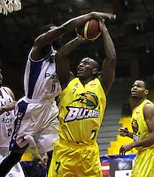 BOGOTA -COLOMBIA, 6-MARZO-2015. Byron Westmoreland (Izq)  de Guerreros de Bogota en accion contra  Cesar Ordonez   de Bucaros durante partido de la quinta fecha de la Liga DIRECTV de baloncesto 2015 jugado en el coliseo el Salitre .Guerreros se impuso 92-87 a Bucaros. / (L)  of Guerreros of Bogota in action against Cesar Ordonez  of Bucaros  during  game of  the fifth round of the liga  DIRECTV 2015 of Basketball  played at the Coliseum Salitre .Guerreros won 92-87 to Bucaros . Photo / VizzorImage / Felipe Caicedo  / Staff
