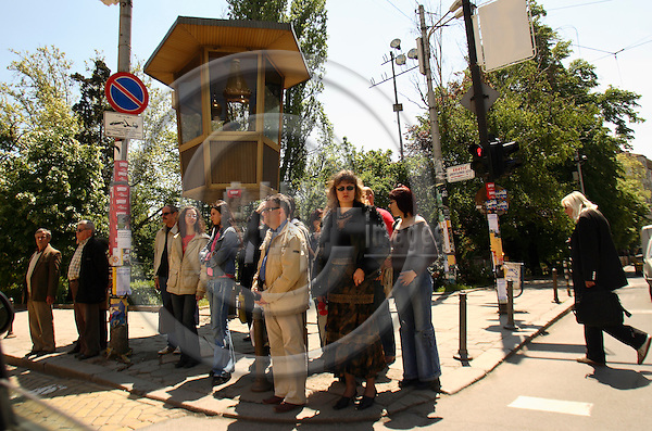 SOFIA - BULGARIA 11. MAY 2006 -- People waiting for cars to stop in Bulgarias crowded traffic -- PHOTO: UFFE NOEJGAARD / EUP-IMAGES