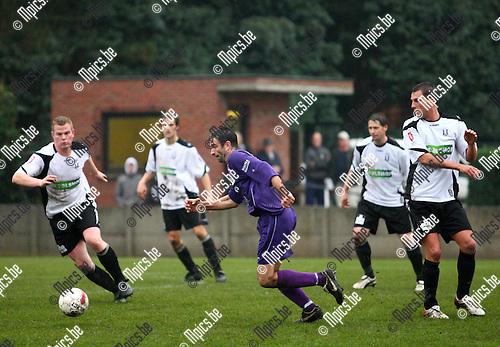 2010-11-07 / voetbal / Vlimmeren Sport - Gooreind /  Cisse Severeyns met een snelle uitbraak voor Gooreind.