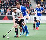 AMSTELVEEN -  Bjorn Kellerman (Kampong) met Niek Merkus (A'dam)   tijdens  de  eerste finalewedstrijd van de play-offs om de landtitel in het Wagener Stadion, tussen Amsterdam en Kampong (1-1). Kampong wint de shoot outs.   COPYRIGHT KOEN SUYK