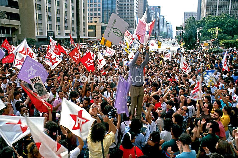 Eduardo Suplicy comemora com eleitores a vitória na eleição de 1989, avenida Paulista. São Paulo.1989. Foto de Stefan Kolumban.