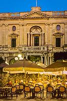 Malta, Valetta: Restaurants auf der Piazza Regina (Queen's Square) am Abend | Malta, Valetta: Evening restaurant scene in Piazza Regina (Queen's Square)