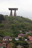 SERBIA - Mitrovica Città divisa in due dal fiume Ibar, a Nord abitata da Serbi e a sud da Kosovari albanesi Attualmente protetta da truppe internazionali della KFOR . pattugliamento di truppe francesi